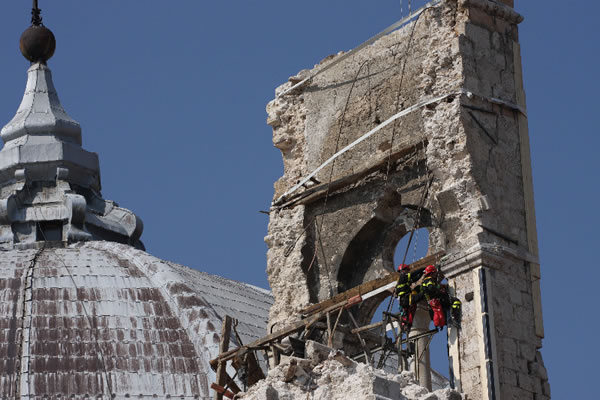 Basilica di San Bernardino dopo il terremoto