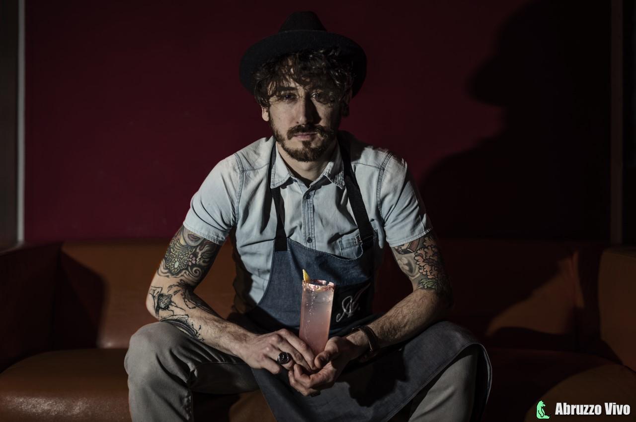 """di-fabrizio-1 CENTENARIO FELLINI - IL BARMAN ABRUZZESE Alessandro di Fabrizio realizza il drink """"8 E MEZZO"""" ISPIRATO AL FILM"""